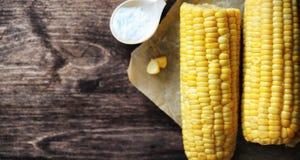 καλαμπόκι φρέσκο Φυσικά τρόφιμα από το σπάδικα καλαμποκιού με το αλάτι Αγροτικός μεξικανός Στοκ φωτογραφίες με δικαίωμα ελεύθερης χρήσης
