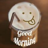 Καλημέρα με τον καφέ πάγου και το πρόσωπο χαμόγελου στοκ εικόνα