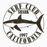 Καλιφόρνια, σερφ - τυπογραφία για τα ενδύματα σχεδίου, μπλούζα Γραφική τυπωμένη ύλη με τον καρχαρία για την ενδυμασία Γραμματόσημ ελεύθερη απεικόνιση δικαιώματος