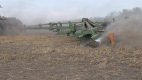 Καλλιέργεια του χώματος με ένα τρακτέρ Χαλάρωση του χώματος Εμπλουτισμός οξυγόνου Παλεύοντας ζιζάνια απόθεμα βίντεο
