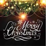 Καλλιγραφική εγγραφή Χαρούμενα Χριστούγεννας με τα κομψά χρυσά αποτελέσματα και κλάδοι δέντρων του FIR με τις γιρλάντες Εκλεκτής  Στοκ Φωτογραφίες