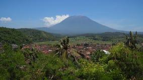 Καλλιεργήσιμα εδάφη και χωριό Μπαλί, Ινδονησία τοπίων βουνών Στοκ εικόνες με δικαίωμα ελεύθερης χρήσης