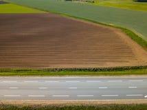 Καλλιεργήσιμο έδαφος άνοιξη Ένας τομέας και ένας δρόμος επάνω από την όψη Στοκ Εικόνα