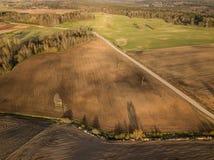 Καλλιεργήσιμο έδαφος άνοιξη Ένας τομέας και ένας δρόμος επάνω από την όψη Στοκ εικόνα με δικαίωμα ελεύθερης χρήσης