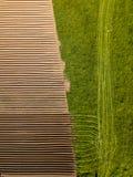 Καλλιεργήσιμο έδαφος άνοιξη Τομέας και όμορφα σχέδια από το τρακτέρ επάνω από την όψη ν Στοκ φωτογραφία με δικαίωμα ελεύθερης χρήσης