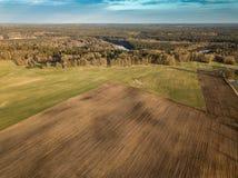 Καλλιεργήσιμο έδαφος άνοιξη Τομέας και όμορφα σχέδια από το τρακτέρ επάνω από την όψη ν Στοκ Φωτογραφίες