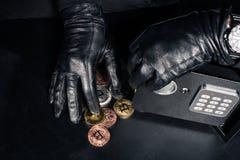 Καλλιεργημένη άποψη της κλοπής ληστών bitcoin στοκ φωτογραφία με δικαίωμα ελεύθερης χρήσης