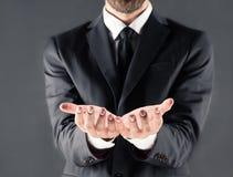 Καλλιεργημένη άποψη του επιχειρηματία με τα ανοικτά χέρια Στοκ Φωτογραφίες