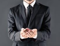 Καλλιεργημένη άποψη του επιχειρηματία στο κοστούμι με τα ανοικτά χέρια Στοκ φωτογραφία με δικαίωμα ελεύθερης χρήσης