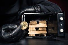 Καλλιεργημένη άποψη του κλέφτη που κλέβει τις χρυσές ράβδους και bitcoin στοκ εικόνα