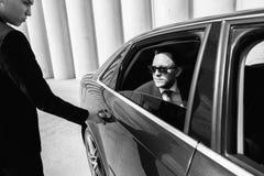 Καλλιεργημένη εικόνα της ανοίγοντας πόρτας επιχειρηματιών στο αυτοκίνητό του Στοκ φωτογραφία με δικαίωμα ελεύθερης χρήσης
