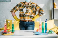 καλλιεργημένη εικόνα της γυναίκας που στέκεται κοντά στον πίνακα με να καθαρίσει τις προμήθειες στο σπίτι στοκ φωτογραφίες με δικαίωμα ελεύθερης χρήσης