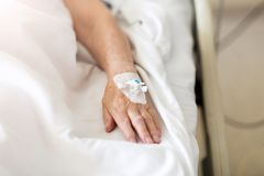 Καλλιεργημένη εικόνα του ασθενή με IV σταλαγματιά στο νοσοκομείο στοκ εικόνα με δικαίωμα ελεύθερης χρήσης