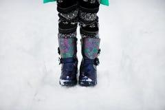 Καλλιεργημένη εικόνα του περιπάτου μποτών παιδιών στο χιόνι κινηματογράφηση σε πρώτο πλάνο των παπουτσιών στοκ φωτογραφίες