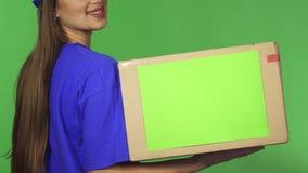 Καλλιεργημένος οπισθοσκόπος πυροβολισμός ενός κουτιού από χαρτόνι εκμετάλλευσης γυναικών παράδοσης χαμόγελου απόθεμα βίντεο