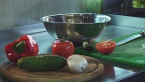 Καλλιεργημένος πυροβολισμός ενός αρχιμάγειρα που προετοιμάζει τη σαλάτα στην κουζίνα απόθεμα βίντεο