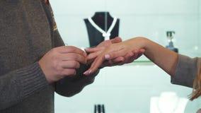 Καλλιεργημένος πυροβολισμός ενός ατόμου που φορά το δαχτυλίδι διαμαντιών στο δάχτυλο της φίλης του απόθεμα βίντεο
