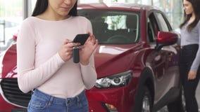 Καλλιεργημένος πυροβολισμός ενός θηλυκού οδηγού που χρησιμοποιεί το έξυπνο τηλέφωνό της απόθεμα βίντεο