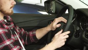 Καλλιεργημένος πυροβολισμός μιας γενειοφόρου συνεδρίασης ατόμων σε ένα αυτοκίνητο που κρατά το τιμόνι απόθεμα βίντεο
