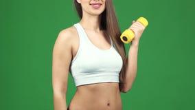 Καλλιεργημένος πυροβολισμός μιας ευτυχούς φιλάθλου με έναν αλτήρα που αντέχει ένα μπουκάλι νερό φιλμ μικρού μήκους