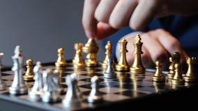 Καλλιεργημένος πυροβολισμός του σκακιού παιχνιδιού επιχειρηματιών φιλμ μικρού μήκους