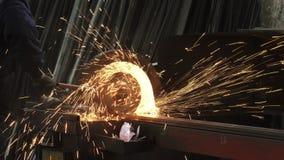 Καλλιεργημένος πυροβολισμός των σωλήνων ενός μεταλλουργών συγκόλλησης χάλυβα με το πέταγμα σπινθήρων απόθεμα βίντεο