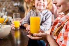 καλλιεργημένος πυροβολισμός των χαριτωμένων παιδάκι που πίνουν το χυμό από πορτοκάλι Στοκ φωτογραφία με δικαίωμα ελεύθερης χρήσης