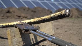 Καλλιεργημένο παχύ καλώδιο τροφοδοσίας κοντά στα σαγόνια στα πλαίσια των ηλιακών πλαισίων φιλμ μικρού μήκους