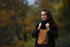 Καλλιεργημένο πορτρέτο της νέας χαριτωμένης γυναίκας που φορά το μοντέρνο ελεγμένο γ στοκ φωτογραφίες με δικαίωμα ελεύθερης χρήσης
