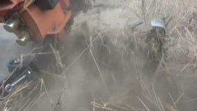 Καλλιεργητής οργώματος στον ακαλλιέργητο τομέα απόθεμα βίντεο