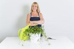 Καλλιεργώντας γυναίκα με τις εγκαταστάσεις η ανασκόπηση απομόνωσε το λευκό Στοκ Φωτογραφία