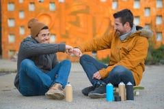 Καλλιτέχνες και φίλοι γκράφιτι Στοκ φωτογραφίες με δικαίωμα ελεύθερης χρήσης
