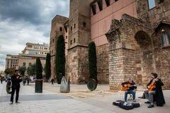Καλλιτέχνες οδών δίπλα στο ρωμαϊκό τοίχο στο γοτθικό τετράγωνο στη Βαρκελώνη, Ισπανία Στοκ φωτογραφίες με δικαίωμα ελεύθερης χρήσης