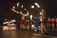 Καλλιτέχνες πυρκαγιάς στο φεστιβάλ Esala Perahera σε Kandy Στοκ Εικόνες