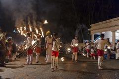 Καλλιτέχνες πυρκαγιάς στο φεστιβάλ Esala Perahera σε Kandy Στοκ Εικόνα