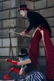 Καλλιτέχνες την ώρα της παράστασης οδών σε μια οδό του Εδιμβούργου κατά τη διάρκεια φεστιβάλ περιθωρίου στη Σκωτία, Ηνωμένο Βασίλ Στοκ Εικόνες