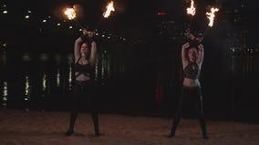 Καλλιτέχνες Fireshow που κάνουν ταχυδακτυλουργίες τους καίγοντας φανούς υπαίθριους απόθεμα βίντεο