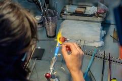 Καλλιτέχνης γυαλιού στην εργασία το εργαστήριό της στοκ φωτογραφίες