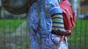Καλλιτέχνης γυναικών που περπατά στην πόλη, που ψάχνει την έμπνευση, δημιουργική μοναξιά προσώπων απόθεμα βίντεο