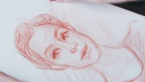Καλλιτέχνης γυναικών που σύρει το ανθρώπινο σκίτσο απόθεμα βίντεο