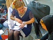 Καλλιτέχνης δερματοστιξιών που συσκέπτεται με τον πελάτη Στοκ φωτογραφία με δικαίωμα ελεύθερης χρήσης