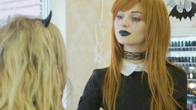 Καλλιτέχνης με αποκριές makeup που εφαρμόζουν αποκριές makeup στο πρότυπο πρόσωπο ` s φιλμ μικρού μήκους