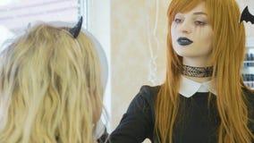 Καλλιτέχνης με αποκριές makeup που εφαρμόζουν αποκριές makeup στο πρότυπο πρόσωπο ` s Στοκ Εικόνα