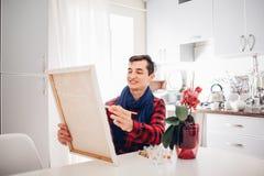 Καλλιτέχνης νεαρών άνδρων που χρωματίζει στο σπίτι τη δημιουργική ζωγραφική απεικόνιση αποθεμάτων