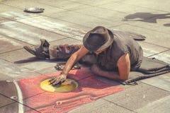 Καλλιτέχνης οδών που επισύρει την προσοχή στο πεζοδρόμιο με την κιμωλία 2 Στοκ φωτογραφίες με δικαίωμα ελεύθερης χρήσης
