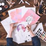 Καλλιτέχνης που κάνει τα σκίτσα με τα χρώματα watercolor Στοκ Εικόνες