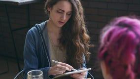Καλλιτέχνης που σκιαγραφεί το θηλυκό πρότυπο πορτρέτο στη γραφική ταμπλέτα απόθεμα βίντεο