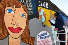 Καλλιτέχνης στοών ανατολικών πλευρών τειχών του Βερολίνου στην εργασία στοκ φωτογραφία με δικαίωμα ελεύθερης χρήσης