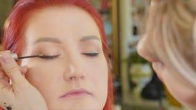 Καλλιτέχνης σύνθεσης που ισχύει makeup να διαμορφώσει το μάτι ` s Κλείστε επάνω την όψη στοκ εικόνες