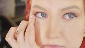 Καλλιτέχνης σύνθεσης που ισχύει makeup να διαμορφώσει το μάτι ` s Κλείστε επάνω την όψη στοκ εικόνα